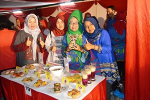 Kepala Bidang Konsumsi dan Penganekaragaman Pangan Dinas Ketahanan Pangan Provinsi Lampung Ida Rahmawati (dua dari kanan) pada acara lomba cipta menu Beragam, Bergizi, Seimbang dan Aman (B2SA) tingkat Nasional di Pontianak, Kalimantan Barat, Rabu 18 Oktober 2017.