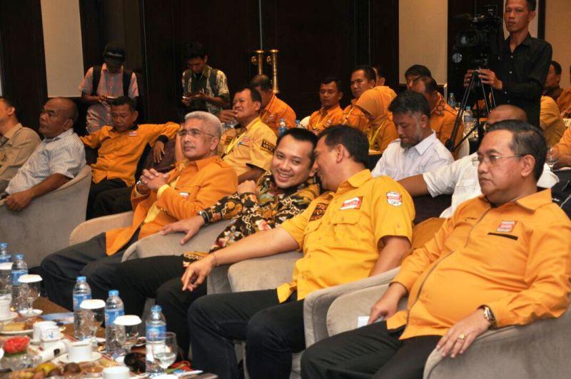 Gubernur Lampung Muhammad Ridho Ficardo terlihat berbincang akrab dengan Wakil Ketua Umum DPP Partai Hanura, Gede Pasek Suardika di Hotel Sheraton, Bandar Lampung, Minggu 22 Oktober 2017.