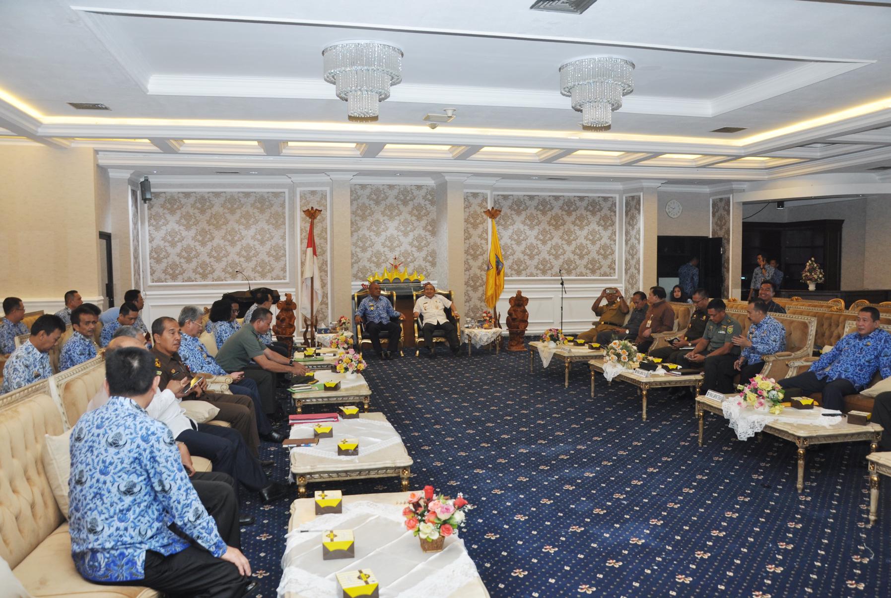 Rapat koordinasi penyelesaian konflik sosial di ruang rapat utama Kantor Gubernur Lampung, Selasa 17 Oktober 2017.