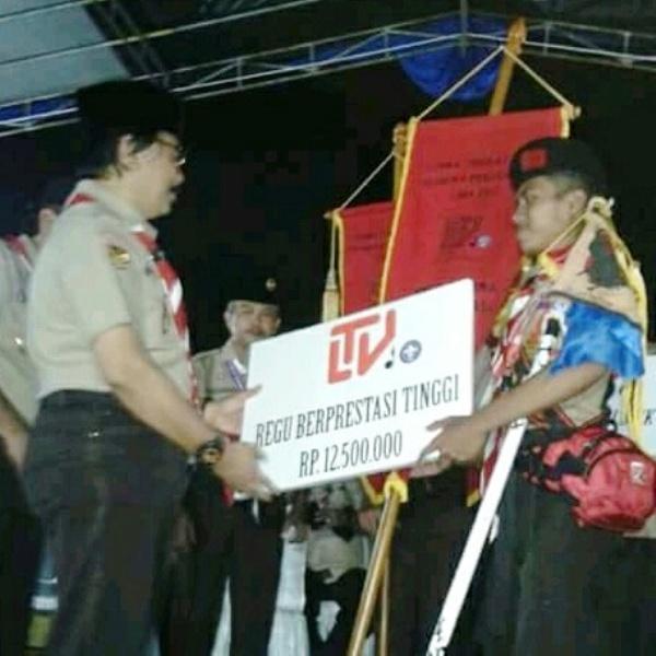 Ketua Kwartir Nasional Gerakan Pramuka, Adhyaksa Dault saat menyerahkan piagam Regu Gagak Hitam di Bumi Perkemahan Wiladatika Cibubur, Jakarta Timur, Sabtu 28 Oktober 2017.