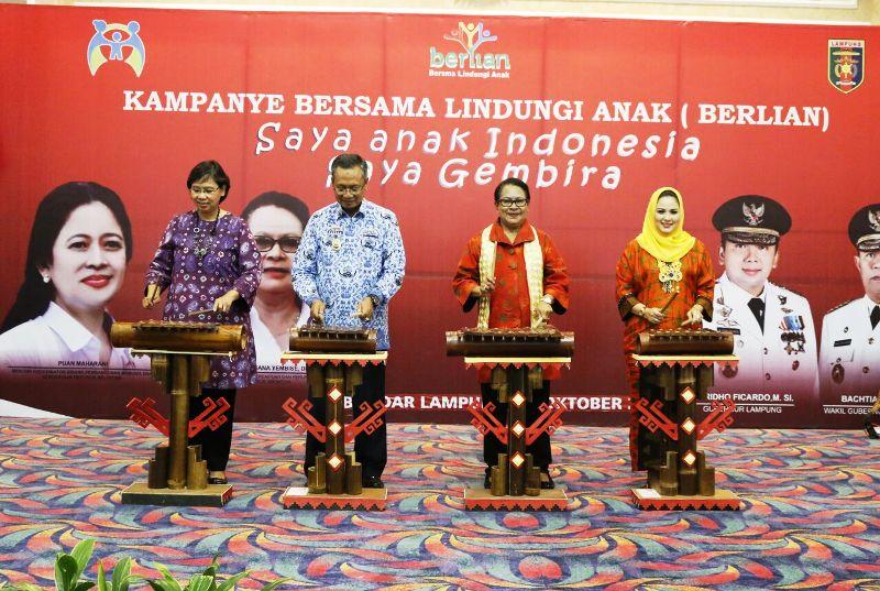 Menteri Yohana pada kampanye Bersama Lindungi Anak (Berlian) dan penandatanganan komitmen Gubernur, Bupati, dan Wali Kota sebagai inisiator Provila dan Kabupaten/Kota Layak Anak (KLA) se-Provinsi Lampung di Balai Keratun, Selasa 17 Oktober 2017.
