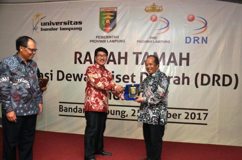 Asisten Administrasi Umum, Hamartoni Ahadis saat membuka Forum Koordinasi Dewan Riset Daerah (DRD) se-Sumatera I Tahun 2017, di Gedung Pascasarjana Universitas Bandar Lampung (UBL), Rabu 25 Oktober 2017 malam.