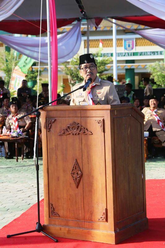 Asisten Adminsitrasi Umum, Hamartoni Ahadis, saat mewakili Gubernur Lampung menjadi pembina upacara Penurunan Bendera Merah Putih Gelar Senja Pramuka, di Lapangan Komplek Kantor Pemerintah, Pringsewu, Kamis 26 Oktober 2017.