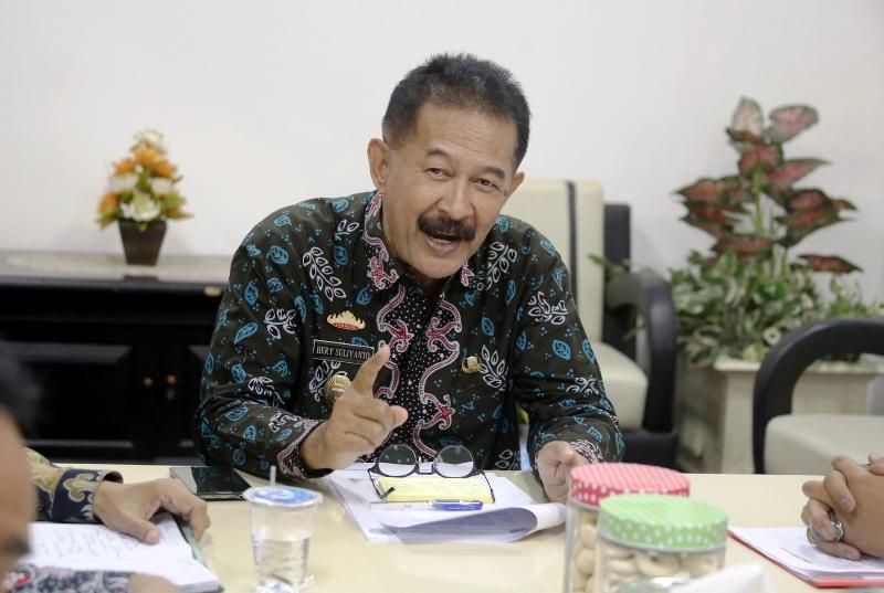 Asissten Bidang Pemerintahan dan Kesra Hery Sulianto saat menerima perwakilan TKS RSUDAM anggota Serikat Buruh Karya Utama (SBKU), di ruang rapat Kantor Gubernur Provinsi Lampung, Kamis 12 Oktober 2017.