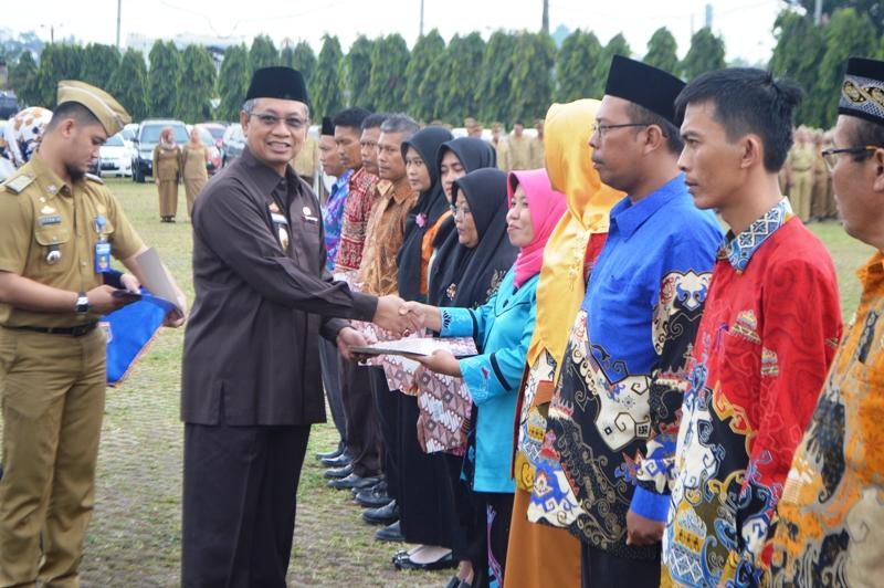 Sekretaris Daerah Provinsi Lampung Sutono saat menyerahkan penghargaan penghargaan Adhikarya Pangan Nusantara (APN) di Lapangan Korpri Teluk Betung Bandar Lampung, Senin 09 Oktober 2017.