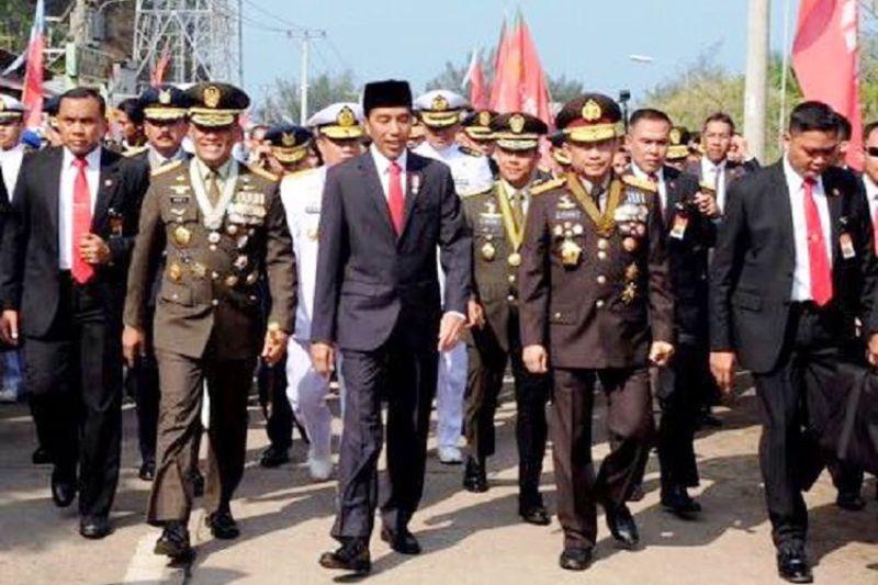 Presiden Joko Widodo berjalan kaki menuju lokasi peringatan HUT ke-72 TNI di Cilegon, Banten, Kamis (5/10/2017).(Foto: Biro Pers Media dan Informasi Sekretariat Presiden)