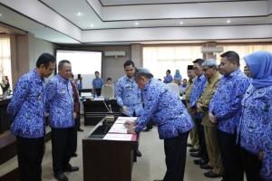 Penandatanganan masing-masing Koordinator Tim Koordinasi Penanggulangan Kemiskinan (TKPK), di ruang rapat Bappeda Provinsi Lampung, Selasa 17 Oktober 2017.