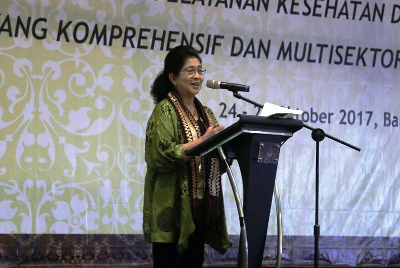 Menteri Kesehatan (Menkes) Nila Djuwita F. Moeloek memberikan.