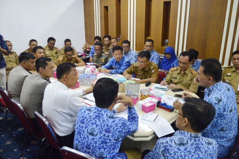 Rapat awal persiapan pelantikan dan pengambilan sumpah jabatan bupati dan wakil bupati Lampung Barat dan Tulangbawang, di Ruang Rapat Asisten Pemerintahan, Senin 30 Oktober 2017.