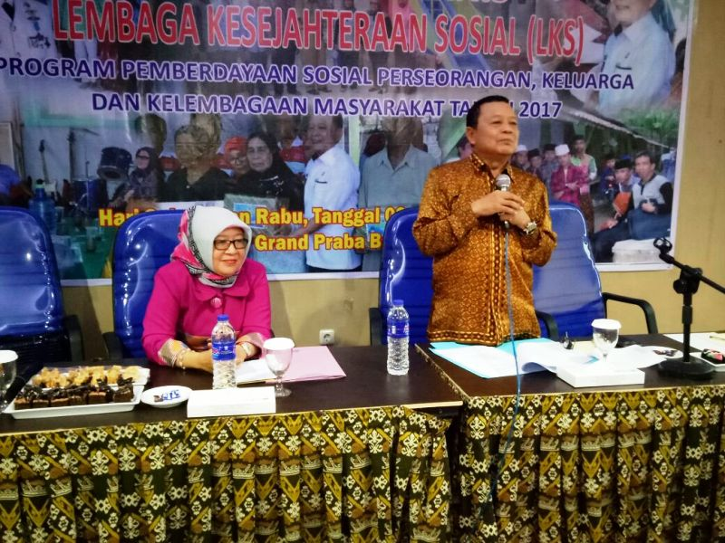 Kepala Dinas Sosial Provinsi Lampung Sumarju Saeni saat membuka Bimbingan Teknis LKS, Selasa 3 Oktober 2017 di Hotel Praba Bandar Lampung.