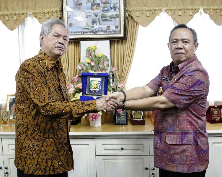 Anggota Dewan Pertimbangan Presiden (Wantimpres) RI A. Malik Fadjar saat berkunjung ke Wakil Gubernur Lampung Bachtiar Basri, di Ruang Rapat Wakil Gubernur, Kamis 5 Oktober 2017.