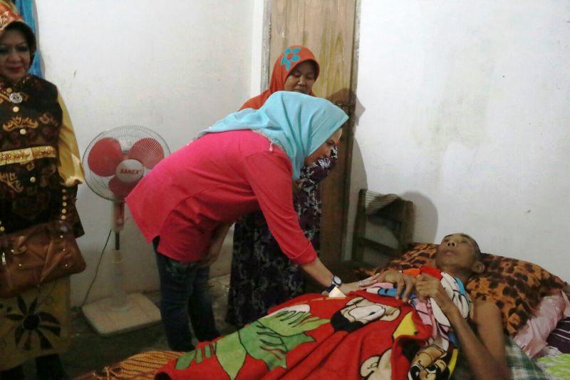 Ketua TP PKK Provinsi Lampung Yustin Ficardo menyempatkan diri menjenguk Sutiono (67), korban kecelakaan yang terbaring lemah selama tiga bulan di Warga Dusun Sido Mukti, Desa Muara Putih, Kecamatan Natar, Lampung Selatan, Minggu 1 Oktober 2017.