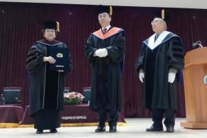 Presiden ke-5 Megawati Soekarnoputri foto bersama usai menerima gelar Doktor Kehormatan bidang Demokrasi Ekonomi dari Mokpo National University Korea Selatan. Credits : Liputan6.com