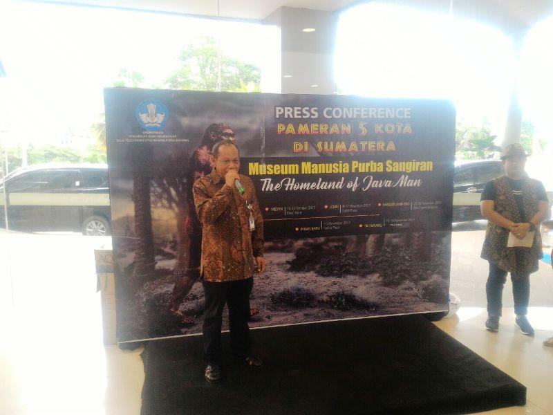 Kasi Pengembangan Balai Kelestarian Situs Manusia Purba Sangiran, Muhammad Taufik, saat memberikan sambutannya pada pembukaan acara Pameran Museum Manusia Purba Sangiran, di Mal Boemi Kedaton (MBK), Bandar Lampung, Rabu 22 November 2017.