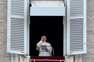 Paus Fransiskus saat memimpin doa di lapangan Santo Petrus, Vatikan, Rabu 1 November 2017. (Filippo Monteforte / AFP)
