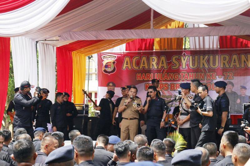 Gubernur Lampung Muhammad Ridho Ficardo dan Kapolda Lampung Irjen Suroso Hadi Siswoyo pada Hari Ulang Tahun ke-72 Korps Brimob Polri, di Lapangan Mako Brimob Polda Lampung, Selasa 14 November 2017.