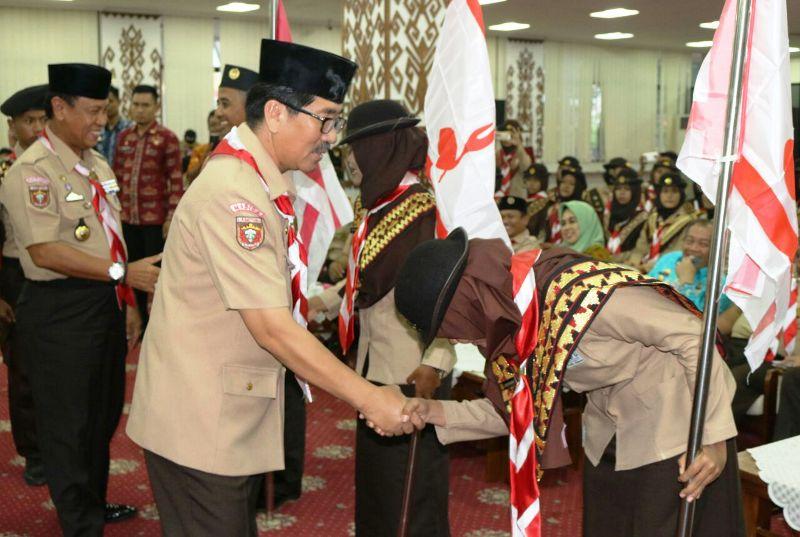 Asisten Administrasi Umum Hamartoni Ahadis melepas Tim Pramuka Lampung mengikuti tiga kegiatan berskala nasional dan internasional di Ruang Abung Balai Keratun, Kantor Gubernur Lampung, Kamis 16 November 2017.