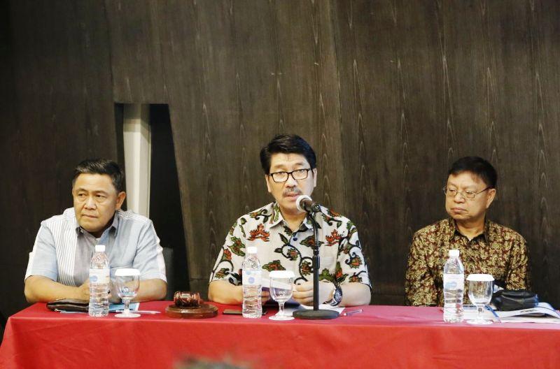 Asisten Bidang Umum, Hamartoni Ahadis (tengah) saat memimpin rapat koordinasi penyusunan laporan keuangan Unit Akuntansi Pembantu Pengguna Anggaran Wilayah (UAPPAW) dana dekonsentrasi dan tugas pembantuan se-Lampung Tahun Anggara 2017, di Hotel Novotel, Bandar Lampung, Senin 27 November 2017 malam.