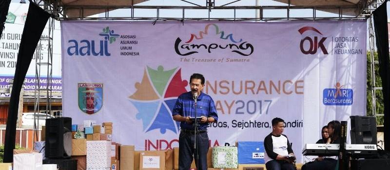 Asisten Bidang Pemerintahan dan Kesra, Sekretaris Provinsi Lampung, Heri Suliyanto, saat melepas jalan sehat peringatan Insurance Day 2017, di Lapangan Korpri, Kantor Gubernur Lampung, Minggu 19 November 2017.