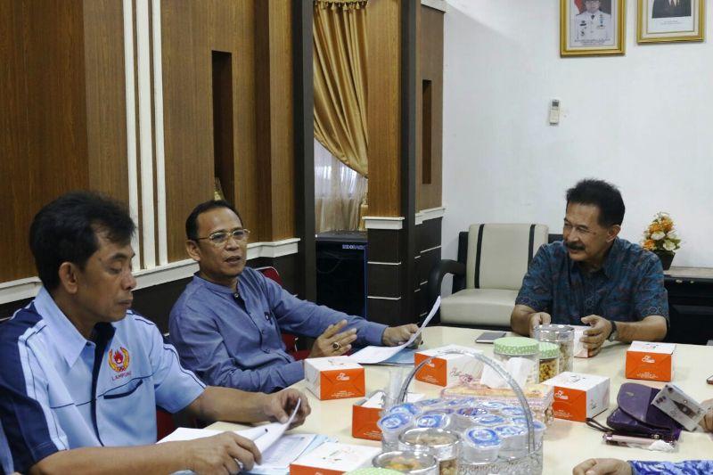 Asisten Bidang Pemerintahan dan Kesra,  Heri Suliyanto, saat memimpin rapat pemantapan PORPROV Lampung VIII di ruang rapat Asisten Bidang Pemerintahan dan Kesra, Jumat 17 November 2017 sore.