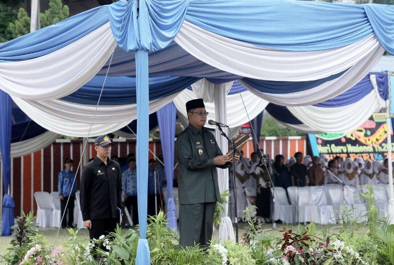 Sekretaris Daerah Provinsi Lampung Sutono pada peringatan Hari Guru Nasional 2017 dan HUT Persatuan Guru Republik Indonesia ke-72, di Lapangan Korpri Kantor Gubernur Lampung, Kamis 23 November 2017