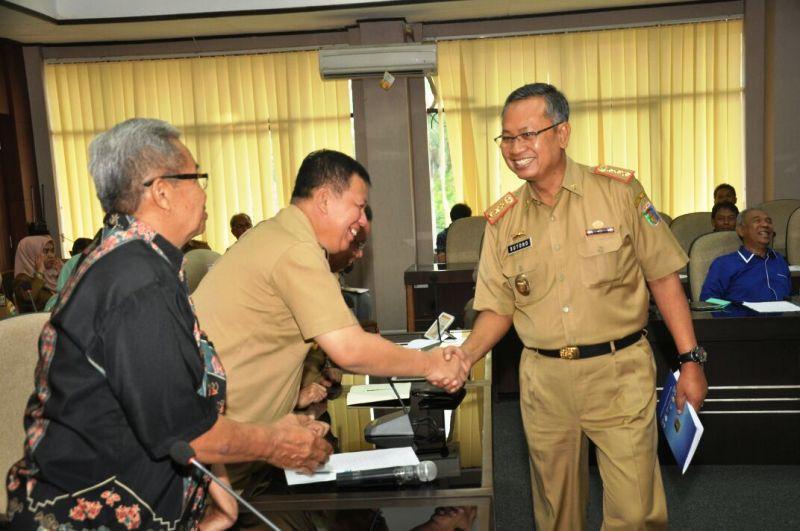 Sekretaris Daerah Provinsi Lampung, Sutono, pada acara sosialisasi rencana implementasi SDGs, di Ruang Rapat Bappeda Provinsi Lampung, Selasa 28 November 2017.