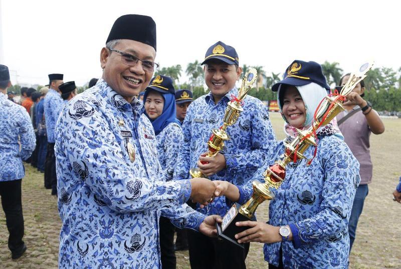 Sekretaris Daerah Provinsi Lampung, Sutono pada upacara peringatan Hari Ulang Tahun (HUT) Korps Pegawai Republik Indonesia (KORPRI) ke-46 Tahun 2017, di Lapangan Korpri Kantor Gubernur Lampung, Rabu 29 November 2017.