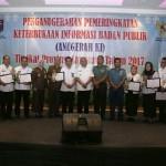 Wagub Bachtiar Serahkan Anugerah Komisi Informasi
