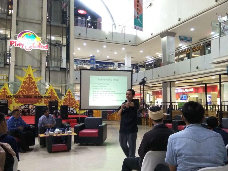 Budisantoso Budiman dari LKBN Antara Biro Lampung, saat memberikan coaching klinik di Mall Boemi Kedaton (MBK), Bandarlampung, Senin 4 Desember 2017.