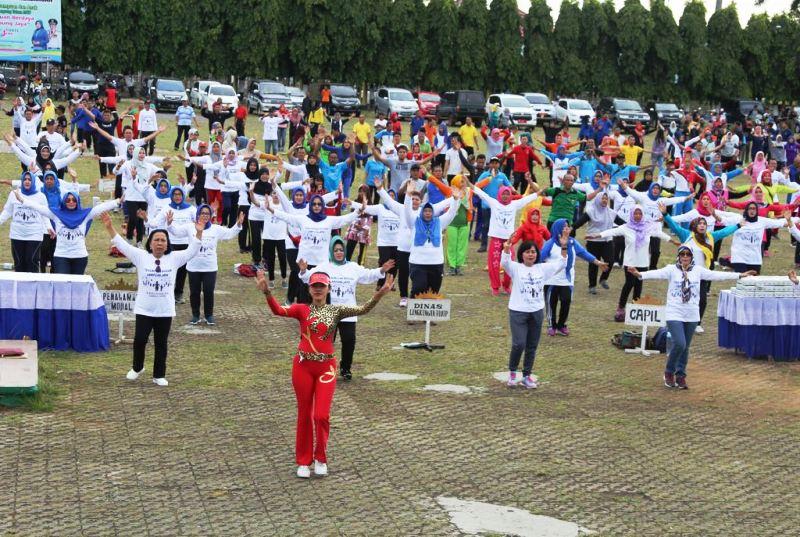 """senam bersama dengan mengusung tema  """"Perempuan Berdaya, Lampung Jaya"""" di Lapangan Korpri Kantor Gubernur Lampung, Jumat 15 Desember 2017."""