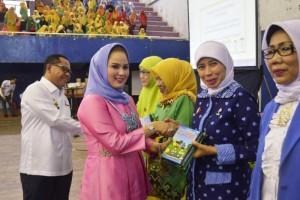 Ibu Yustin Ridho Ficardo dalam acara Workshop Peningkatan Mutu Tenaga Pendidik dan Tenaga Kependidikan Paud Provinsi Lampung 2017, di GOR Saburai Bandar Lampung, Rabu 13 Desember 2017.