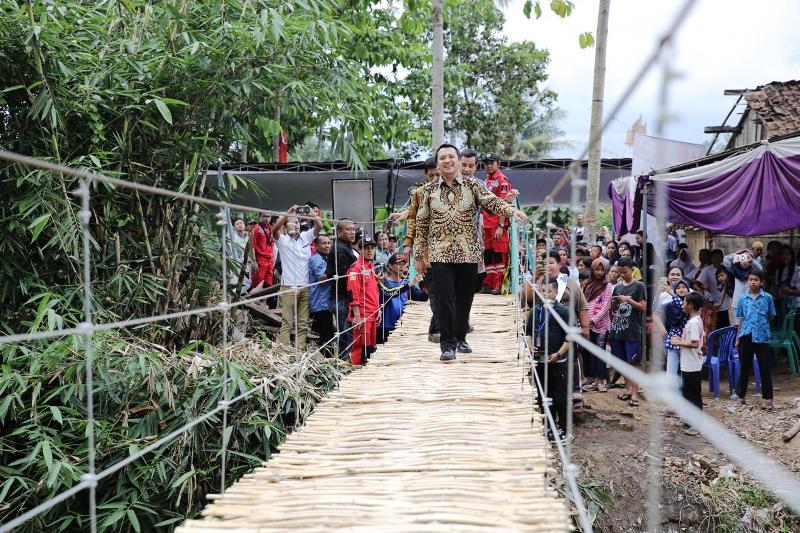 Gubernur Muhammad Ridho Ficardo disaksikan Bupati Dedi Romadhona saat meresmikan jembatan gantung di Dusun Sukaraja I Desa Sukaraja Kecamatan Gedong Tataan Kabupaten Pesawaran, Kamis 14 Desember 2017.