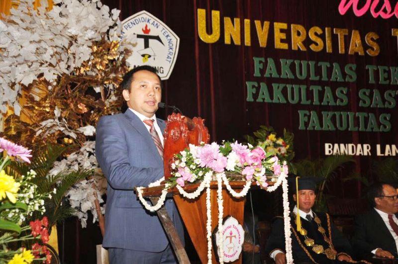 Gubernur Lampung Muhammad Ridho Ficardo dalam acara wisuda mahasiswa Universitas Teknokrat Indonesia (UTI) di Gedung Serba Guna (GSG) Universitas Lampung, Kamis 14 Desember 2017.
