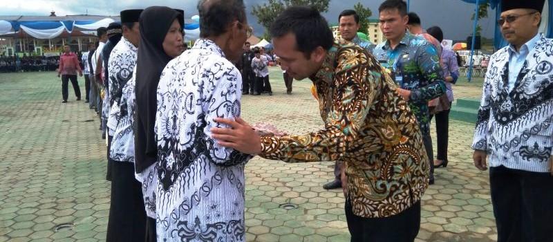 Gubernur Lampung Muhammad Ridho Ficardo pada Peringatan Hari Guru dan HUT Persatuan Guru Republik Indonesia (PGRI) se-Provinsi Lampung di Lapangan Pemerintah Kabupaten Pringsewu, Kamis 14 Desember 2017.
