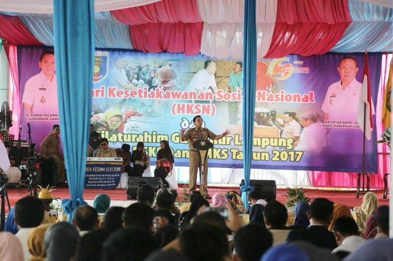 Gubernur Lampung M.Ridho Ficardo dihadapan kurang lebih 2000 massa yang menghadiri kegiatan peringatan Hari Kesetiakawanan Sosial Nasional Tahun 2017 yang dipusatkan di Mahan Agung, rumah dinas Gubernur Lampung, Senin 11 Desember 2017 siang.