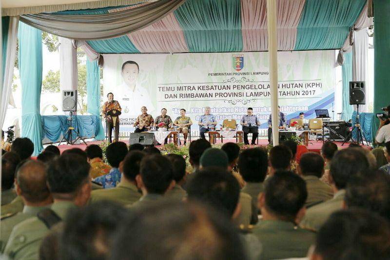 Gubernur M. Ridho Ficardo dalam Acara Temu Mitra Kesatuan Pengelolaan Hutan (KPH) dan Rimbawan Provinsi Lampung, di Mahan Agung, Bandar Lampung, Jumat 15 Desember 2017.