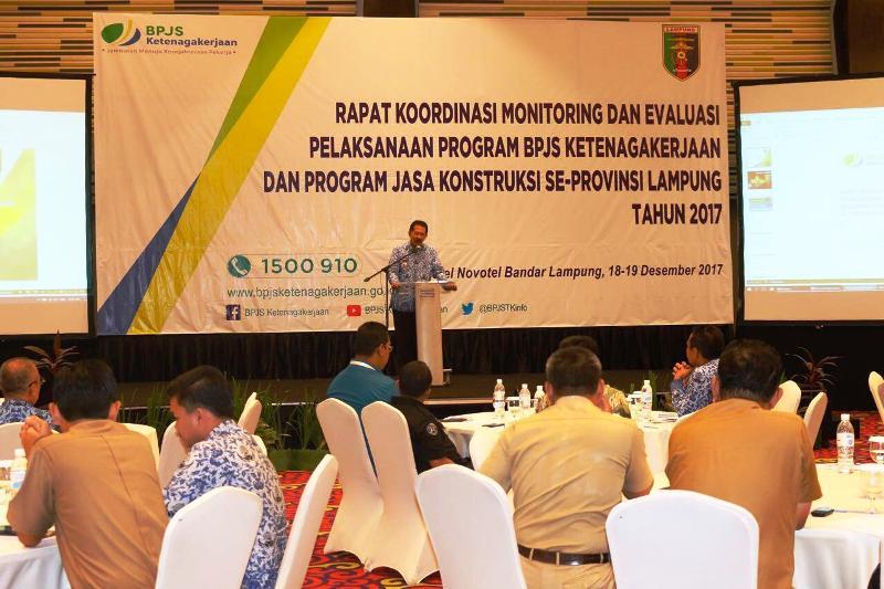 Asisten Bidang Pemerintahan dan Kesra Heri Suliyanto saat membuka Rapat Koordinasi Monitoring dan Evaluasi pelaksanaan program BPJS Ketenagakerjaan dan Program Jasa Kontruksi Se-Provinsi Lampung tahun 2017 Di Ballroom Hotel Novotel, Bandar Lampung pada Selasa 19 Desember 2017.