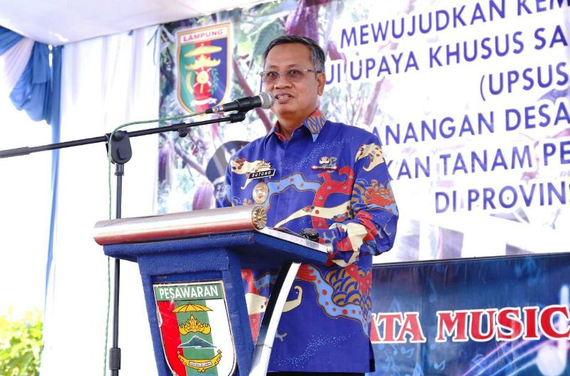 Sekdaprov Lampung Sutono dalam acara pencanganan petugas teknis penanggulangan gangguan reproduksi se-Provinsi Lampung di Lapangan Desa Kertasana Kecamatan Kedondong Kabupaten Pesawaran, Kamis 7 Desember 2017.