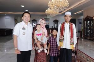 Gubernur Muhammad Ridho Ficardo bersama  dan Ustadz Abdul Somad, Lc., di Mahan Agung, Bandar Lampung pada Rabu 13 Desember 2017.