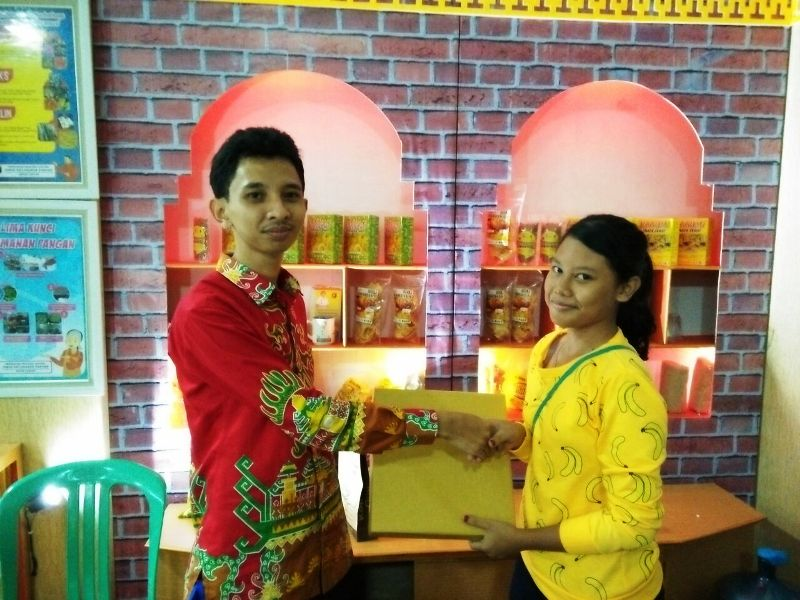 Pemberian hadiah oleh perwakilan Dinas Ketahanan Pangan Provinsi Lampung pada pengunjung stand DKP Lampung Fair 2018.