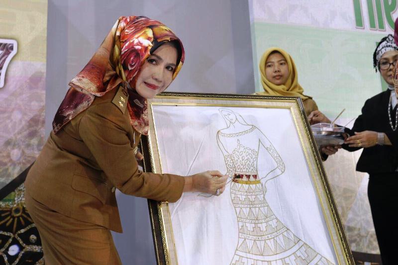 Staf Ahli Bidang Ekubang Choiria Pandarita pada acara Lampung Fashion 2017 di Mal Boemi Kedaton, Selasa 5 Desember 2017.