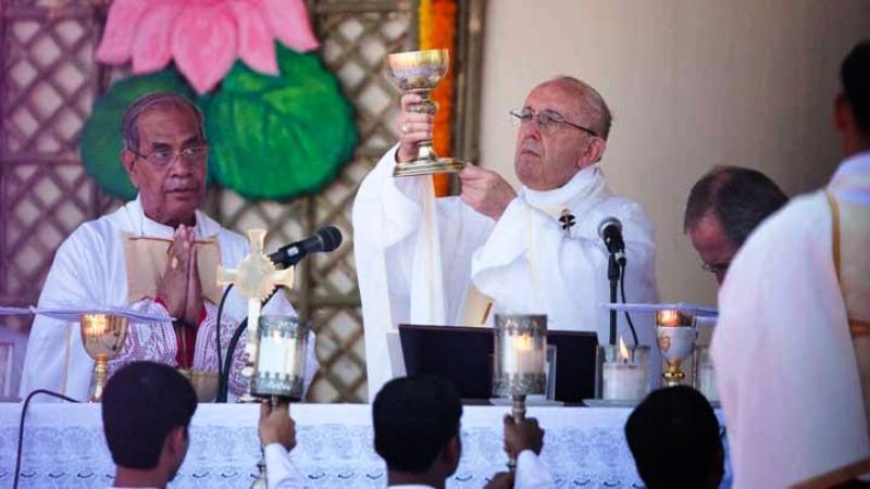 Paus Fransiskus, memegang cawan diatas altar saat memimpin misa di taman Suhrawardy Udyan, Dhaka, Bangladesh, 1 Desember 2017. Umat Katolik di Bangaldesh kurang dari satu persen dari populasi 169 juta orang. AP
