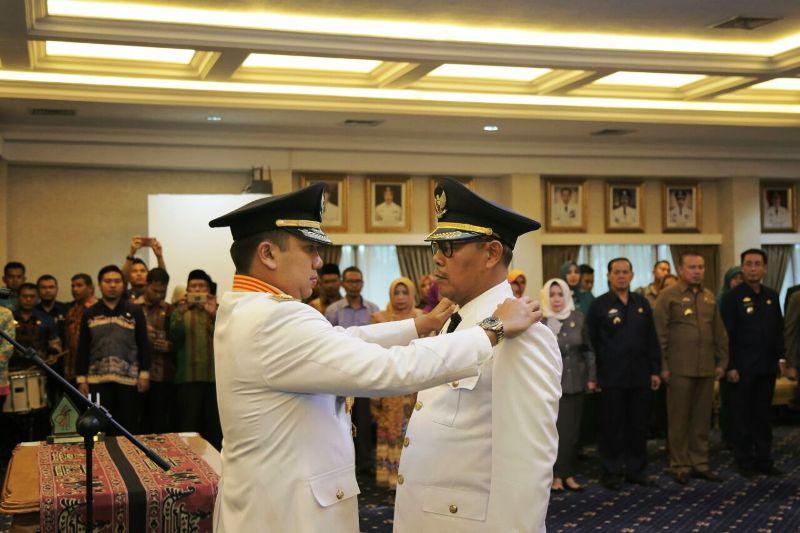 Gubernur Lampung Muhammad Ridho Ficardo mewakili Menteri Dalam Negeri Republik Indonesia melantik Wakil Bupati Tanggamus Samsul Hadi, S.Pd menjadi Bupati Tanggamus sisa masa jabatan tahun 2013-2018, di ruang rapat utama Kantor Gubernur, Kamis 28 Desember 2017.