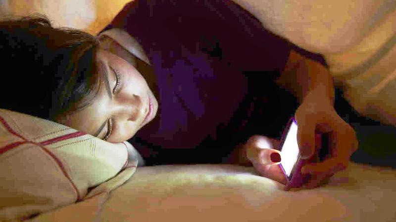 Tak peduli apapun alasannya, penting bagi Anda untuk menjauhi penggunaan ponsel saat akan tidur.