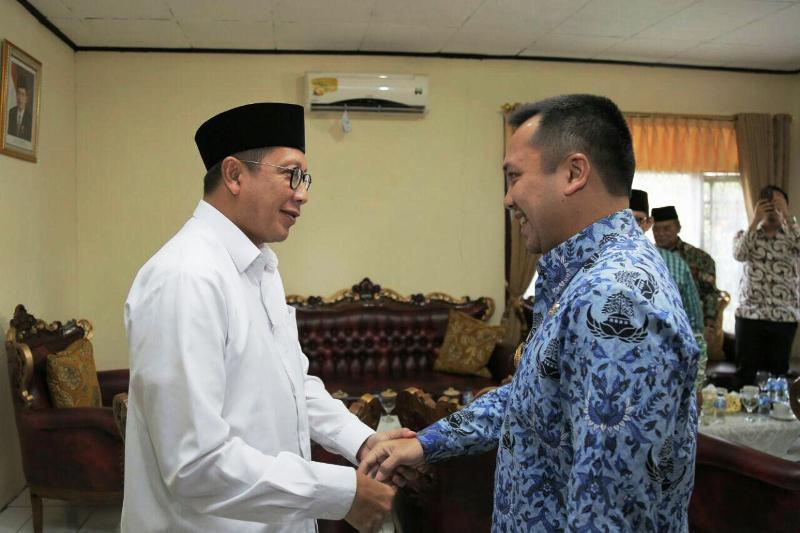 Gubernur Muhammad Ridho Ficardo bersama Menteri Agama Lukman Hakim Syaifuddin di Asrama Haji Raja Basa Bandar Lampung, Selasa 19 Desember 2017.