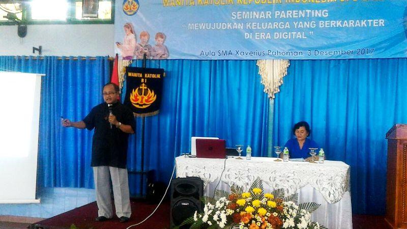 Pemerhati Keluarga, Romo Teja Anthara, SJC saat memberikan materi pada Seminar Parenting yang digelar Wanita Katolik RI DPD Lampung di Aula SMA Xaverius, Pahoman, Bandar Lampung pada Minggu, 03 Desember 2017 ini