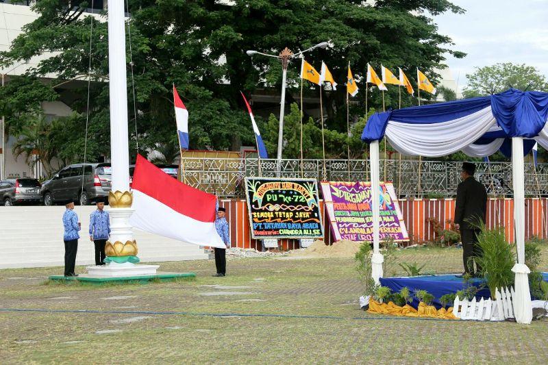 Sekretaris Daerah Provinsi Lampung, Sutono, saat memimpin upacara peringatan Hari Bakti ke-72 Pekerjaan Umum (PU) di Lapangan Korpri Kantor Gubernur Provinsi Lampung, Senin 4 Desember 2017
