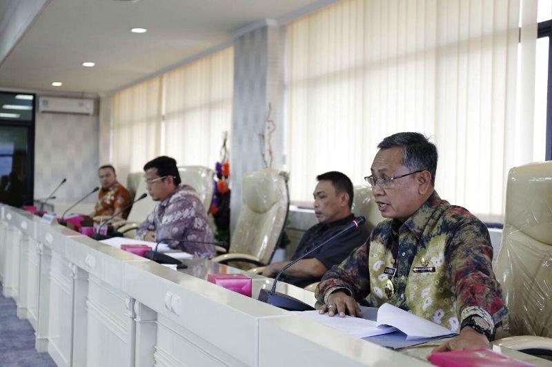 Sekretaris Daerah Provinsi Lampung Sutono pada pada rapat Badan Anggaran DPRD, di ruang rapat Komisi, Jumat 29  Desember 2017.