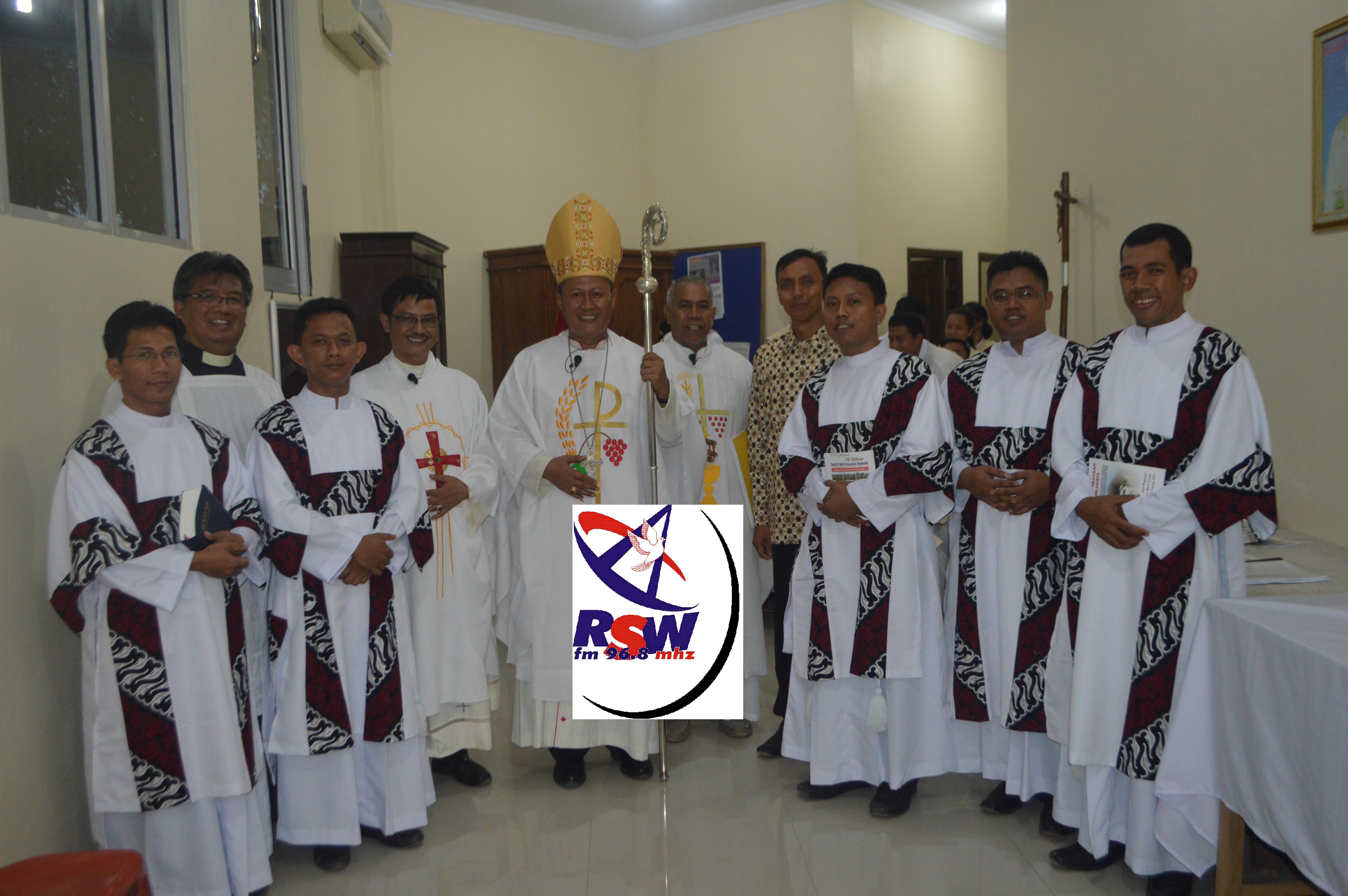 Mgr. Yohanes Harun Yuwono, Uskup Keuskupan Tanjungkarang bersama lima diakon yang ditahbis, di Gereja Katolik Stasi St. Maria Immaculata, Waykandis, Bandar Lampung, Jumat 08 Desember 2017.