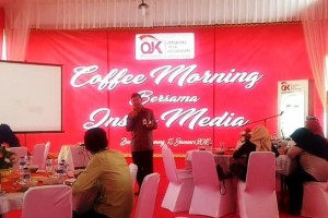 Kepala Bagian Pengawasan Industri Keuangan Non Bank (IKNB), Pasar Podal dan Edukasi & Perlindungan Konsumen (EPK), Mendi Rahmadi, saat OJK menggelar coffee morning bersama awak media di Aula Kantor OJK, Jalan Way Sekampung, No.9 Pahoman, Bandar Lampung, Senin 15 Januari 2018.